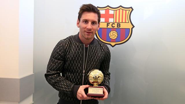 Messi dengan piala IFFHS