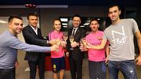 O brinde de Xavi, Luis Enrique, Iniesta, Bartomeu, Messi e Busquets
