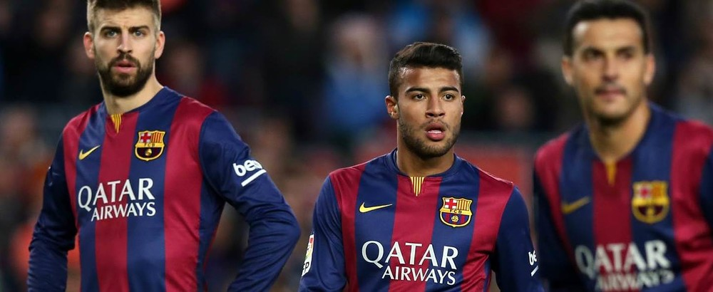 Piqué, Rafinha e Pedro olhando em direções diferentes contra o Córdoba