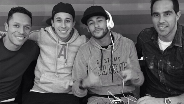 Adriano, Neymar and Bravo in a photo from the keeper's Instagram page /CLAUDIOBRAVO1