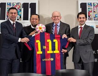 Josep Maria Bartomeu, Takashi Murakami, Anthony Lake dan Essa Al Mannai berfoto bersama dengan jersey Barça bertuliskan 1in 11