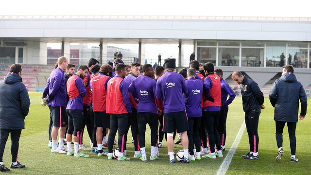 Tim berkumpul di lapangan