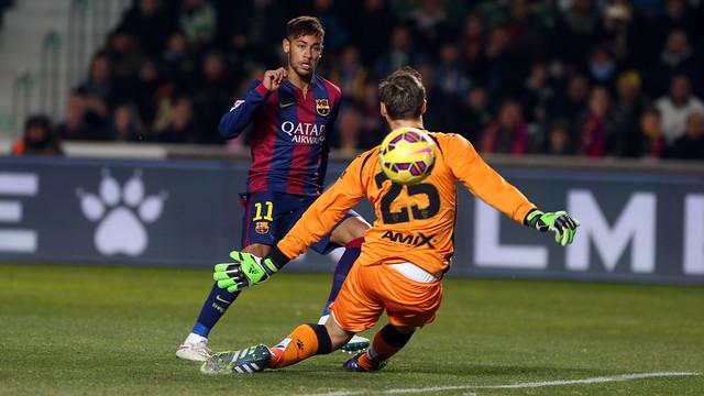 Neymar sedang mengecoh kiper lawan