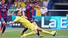 Messi, durante um duelo no Madrigal, cercado por um rival