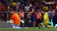 Messi mengejar bola di lapangan dibayangi oleh pemain lawan