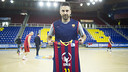 Juan Carlos Navarro with the shirt for the Copa del Rey /  V. SALGADO - FCB