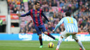 Busquets moves the ball upfield against Málaga. / MIGUEL RUIZ-FCB