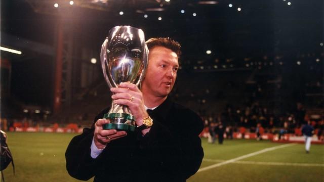 Louis Van Gaal lifting the European Super Cup / FCB Archive