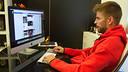 Gerard Piqué, contestant els seus seguidors de Facebook / MIGUEL RUIZ