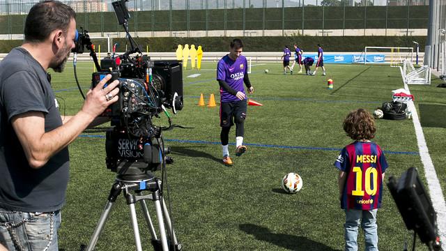 Leo Messi bermain bersama seorang anak di lapangan untuk iklan Beko / FOTO: Dani Aznar