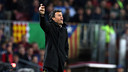 Luis Enrique gives instructions to his players during Barça's 1–0 win over Manchester City. / MIGUEL RUIZ-FCB