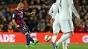 Mascherano passes the ball against Real Madrid. / MIGUEL RUIZ - FCB