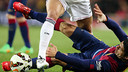 Suárez lluita des del terra amb Pepe per una pilota / MIGUEL RUIZ - FCB
