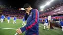 Luis Suárez en saltar a la gespa, amb el mosaic del Camp Nou de fons / MIGUEL RUIZ - FCB