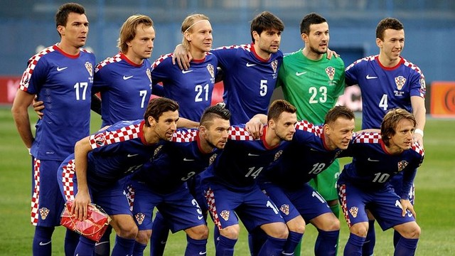 Barça midfielder Ivan Rakitić poses with the rest of Croatia's starters before the match. / FIFA.COM