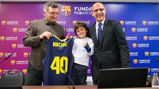 Nacho amb Creus i Bladé amb una samarreta amb el número 40, a la sala de premsa del Palau.