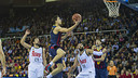 Satoransky goes in for a layup against Real Madrid in a league game. / FCB Archive