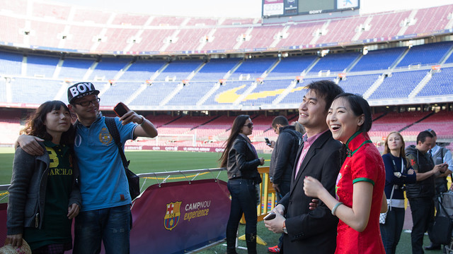Two newlywed Chinese couples visited the Camp Nou / GERMÁN PARGA-FCB