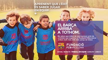 Imatge de la campanya amb uns nens abraçats