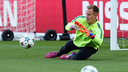 Ter Stegen works out at Parc dels Princes ahead of the first leg versus PSG. / MIGUEL RUIZ-FCB