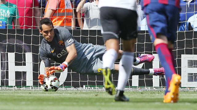 Claudio Bravo saves a penalty kick in Barça's 2–0 win over Valencia at Camp Nou on Saturday 18 April 2015./ MIGUEL RUIZ-FCB