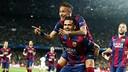 Neymar, carregado por Alves, celebrando o gol ao PSG.