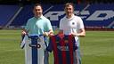 Sergio González y Luis Enrique, con las camisetas, en el Power8 Stadium / MIGUEL RUIZ - FCB