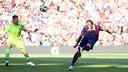 Neymar cabeceia para marcar o primeiro gol do Barça