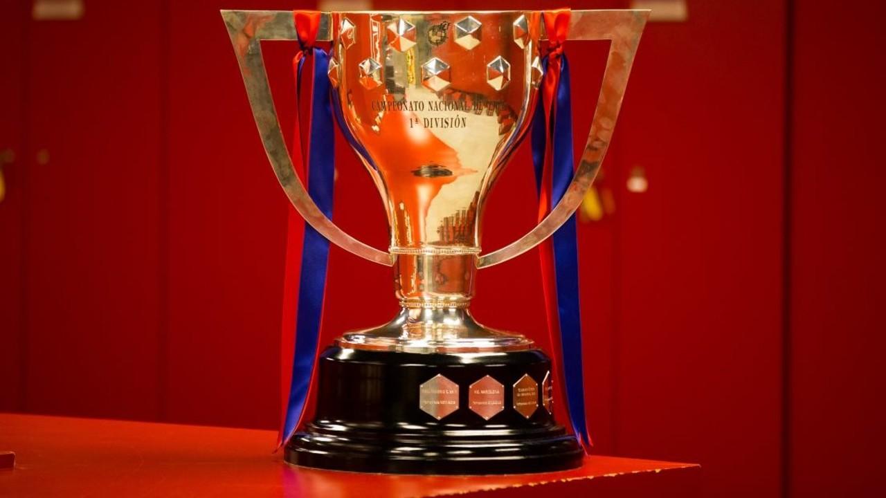 El trofeu de Lliga, al Camp Nou / GERMÁN PARGA-FCB