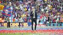 Luis Enrique, dirigiéndose al público del Camp Nou / VÍCTOR SALGADO - FCB