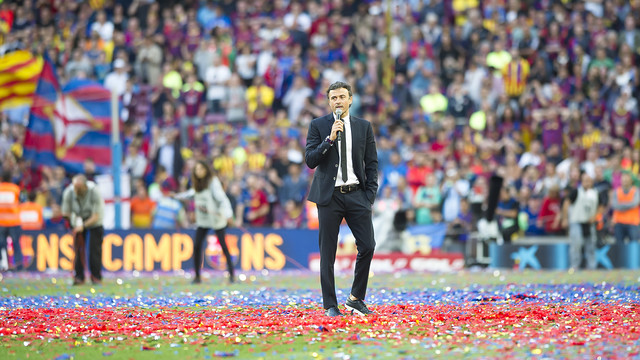 Luis Enrique speaks to the Camp Nou crowd after the game. / VÍCTOR SALGADO - FCB