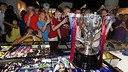 Visitors to the museum get pictuires of the newly won trophy / MIGUEL RUIZ-FCB