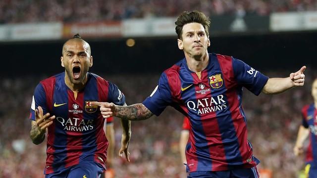 Alves e Messi correndo, celebrando o gol
