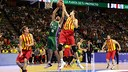 Pleiss and Golubovic battle for the ball / ACB Photo - M. Pozo