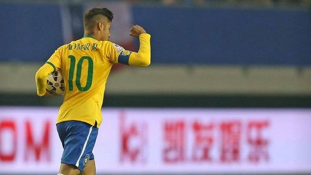 Neymar celebrates after scoring the tying goal in minute four of Brazil's 2–1 win over Peru in the 2015 Copa América in Chile. / CBF