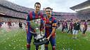 Sergio Busquets i Xavi Hernández amb la copa de la Lliga / MIGUEL RUIZ - FCB.