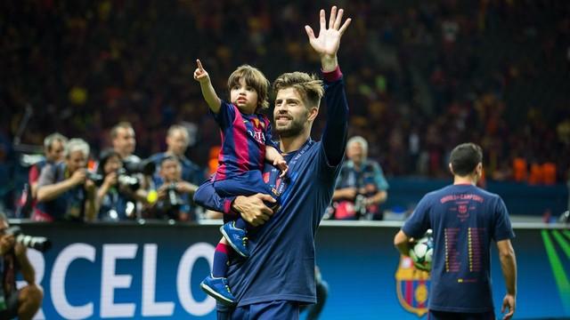 Piqué amb el seu fill a l'Olympiastadion /MIGUEL RUIZ-FCB