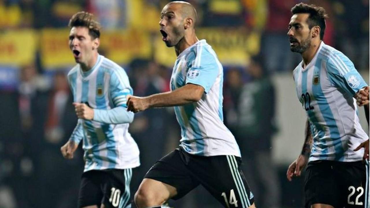 Messi e Mascherano, durante o jogo contra a Colômbia / AFA
