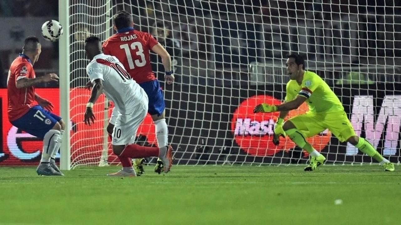 Bravo em ação contra o Peru / CONMEBOL.COM