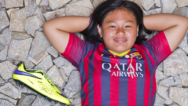 Leanna merentangkan kedua tanganya disebelahnya terdapat sepatu dari Neymar