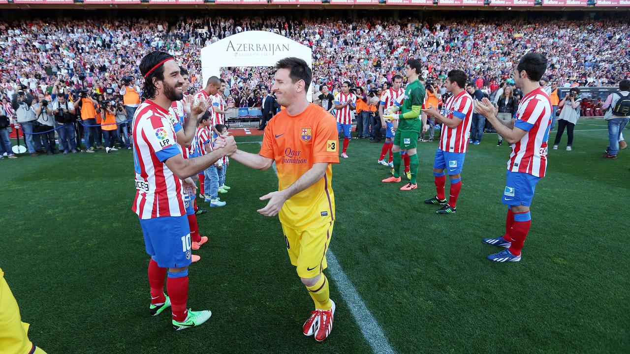 Arda Turan saluda Messi en el passadís de l'Atlètic al Barça del 2013 / MIGUEL RUIZ - FCB