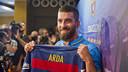 Arda Turan ja ha vestit la seva nova samarreta / VÍCTOR SALGADO - FCB