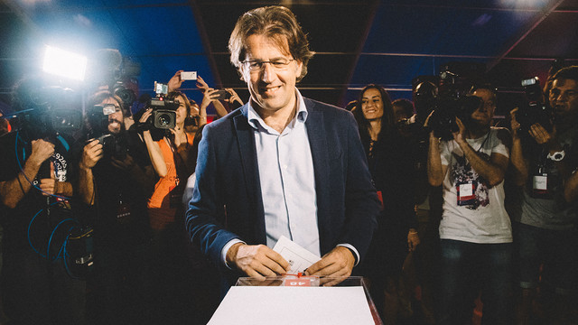Toni Freixa casts his vote / JOANA BURGUES - FCB