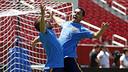 Pedro i Jordi Alba fan broma durant l'entrenament a San Francisco / MIGUEL RUIZ - FCB