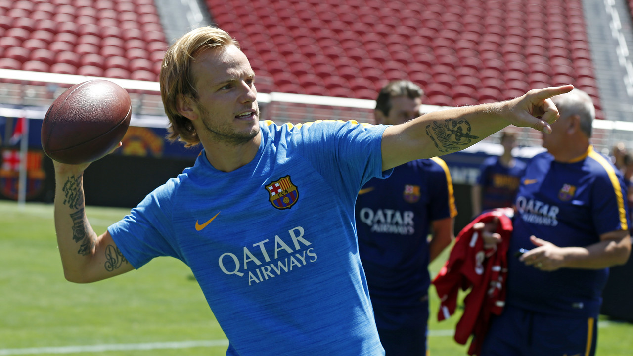Rakitic plays quarterback during the meet-up with the 49ers / MIGUEL RUIZ - FCB