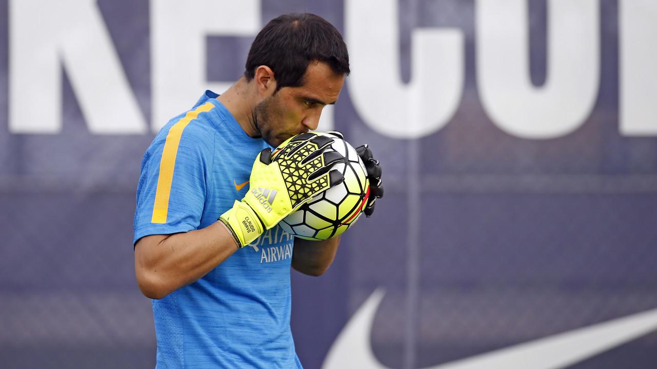 Claudio Bravo, en su regreso a los entrenamientos / MIGUEL RUIZ - FCB