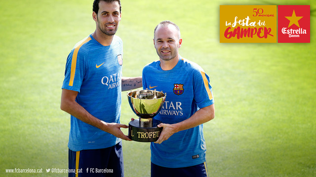 Iniesta and Busquets with the Joan Gamper Trophy / FCB