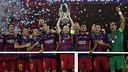 Iniesta ergue a Supercopa da Europa  / MIGUEL RUIZ - FCB