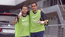 Jordi Alba i Claudio Bravo saluden a càmera abans de l'entrenament / MIGUEL RUIZ - FCB