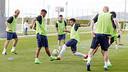 Rafinha, convocado con Brasil, intenta robar una pelota durante un entrenamiento / MIGUEL RUIZ-FCB